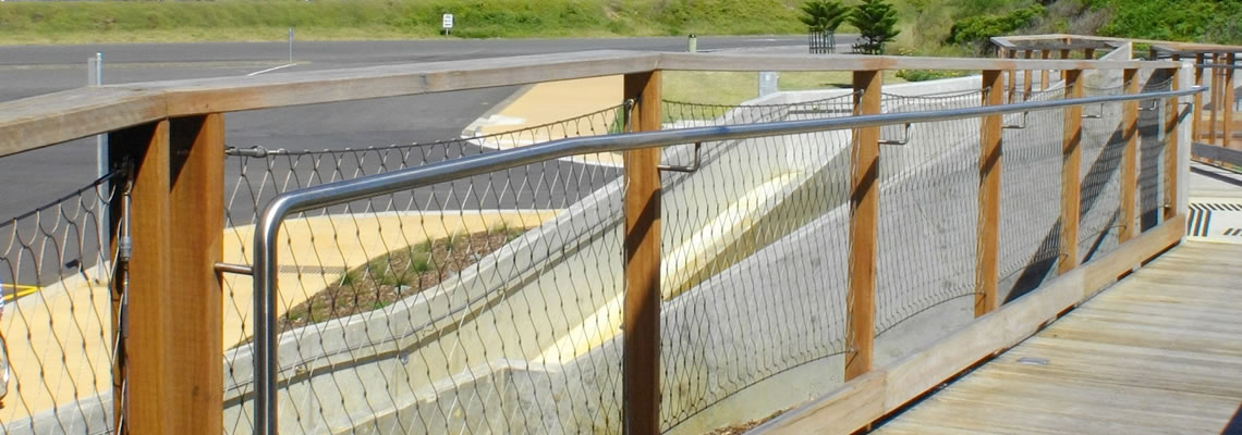 Stainless steel cable mesh, with high flexibility and impact resistance, is widely used as a protecting fencing at a place with potential falling dangerous.